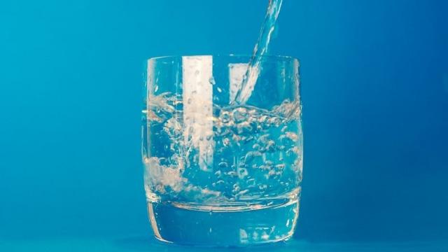 Hidrasikan kulit dengan meminum air 8 gelas sehari
