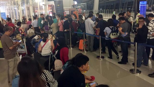 Suasana calon penumpang di Bandara Soetta