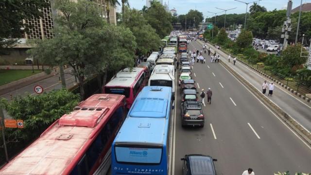 Parkiran bus di Jalan Thamrin