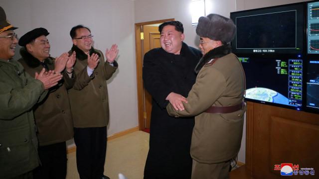 Kim Jong-Un berhasil luncurkan rudal Hwasong-15.