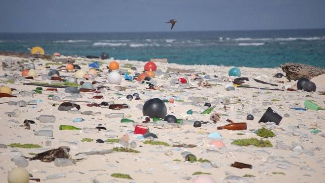 Sampah Plastik di Tepi Laut