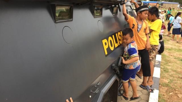 Saat Rantis Wolf Polisi Jadi Wahana Bermain Anak Rusunawa Marunda (21449)