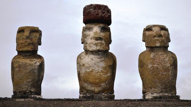 Barisan moai yang rapi di Pulau Paskah