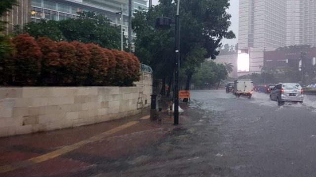 Bundaran Hi Juga Tak Luput Dari Banjir Air Menggenang 15 Cm Kumparan Com