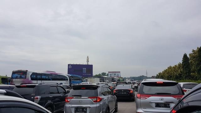 Macet panjang di Tol Jagorawi arah Jakarta
