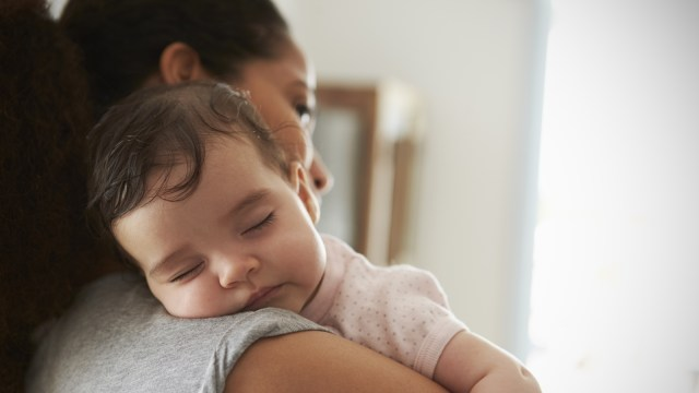 Anak bayi yang digendong ibunya