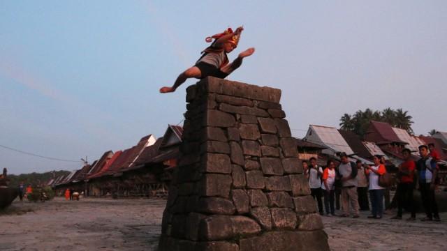 Mengenal Fahombo, Tradisi Lompat Batu di Nias yang Lahir dari Perang (33229)