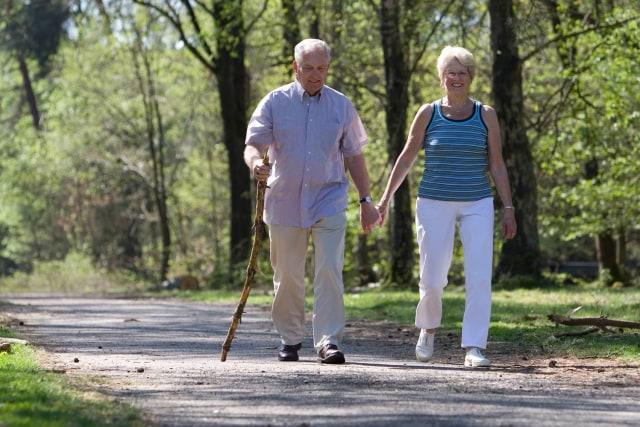 Ilustrasi Orang Tua Berjalan