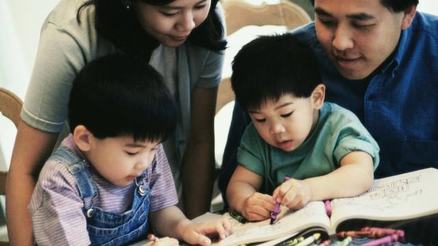 Orang tua membantu anak memanfaatkan mainannya
