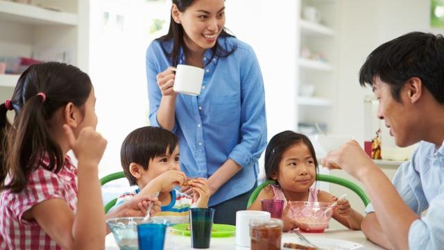 Orang tua mengajarkan anak gaya hidup sehat