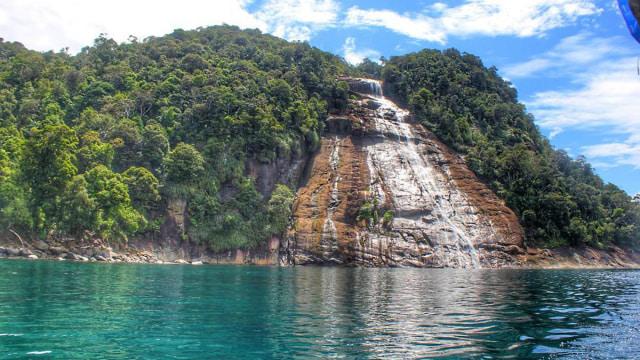 Menjelajahi Air Terjun Ikonik di Pulau Mursala, Tapanuli (13836)