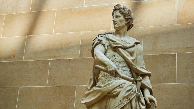 Patung Julius Caesar di Paris