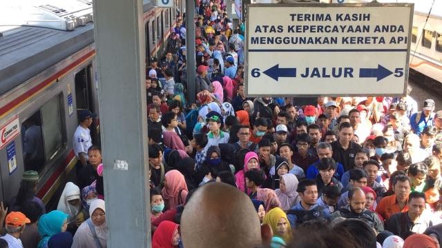 Kecipratan Berkah Mudik, Kartu Multi Trip KRL Laris Manis saat Lebaran (225941)