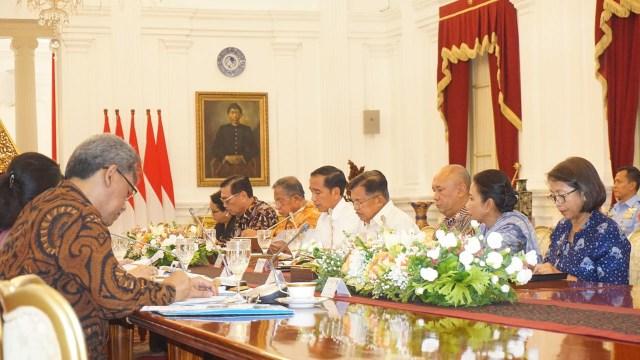 Jokowi di rapat kabinet terbatas