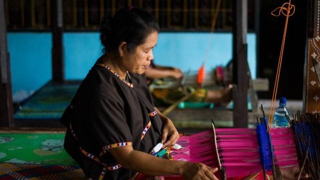 Menenun, salah satu kewajiban wanita Suku Sasak
