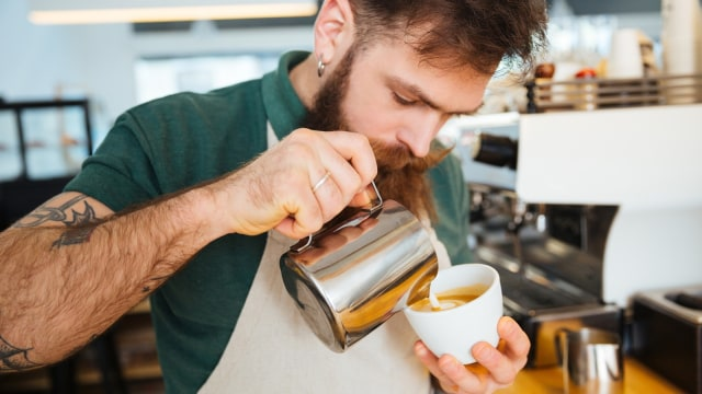 Barista memiliki teknik meracik kopi yang berbeda