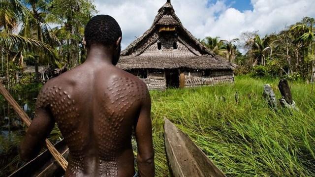 Mengintip Tradisi 'Manusia Buaya' di Papua Nugini (307493)