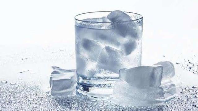 Riset: Es Batu Bisa Menjadi Media Pembawa Bakteri pada Minuman di Pesawat (634450)