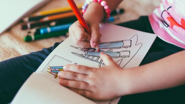 Anak berlatih menggambar