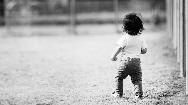 Anak bermain sendiri