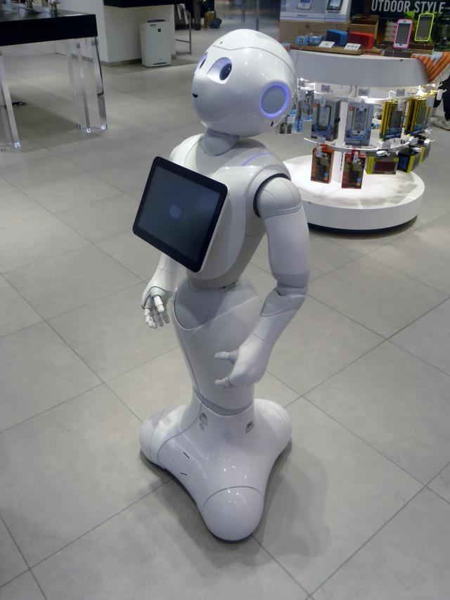 Robot Pelayan Dipecat Karena Bikin Pusing Pengunjung Supermarket (114004)