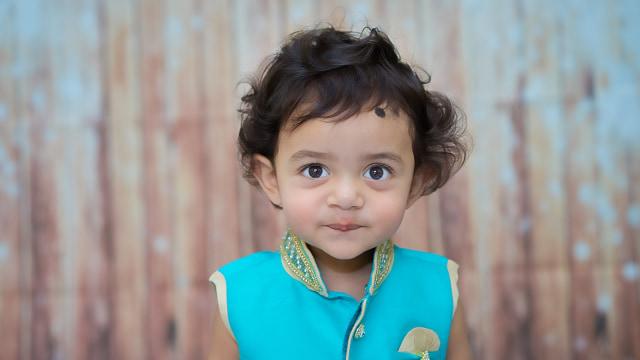 Anak tersenyum manis