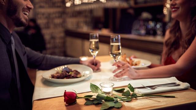 Ilustrasi pasangan di pub