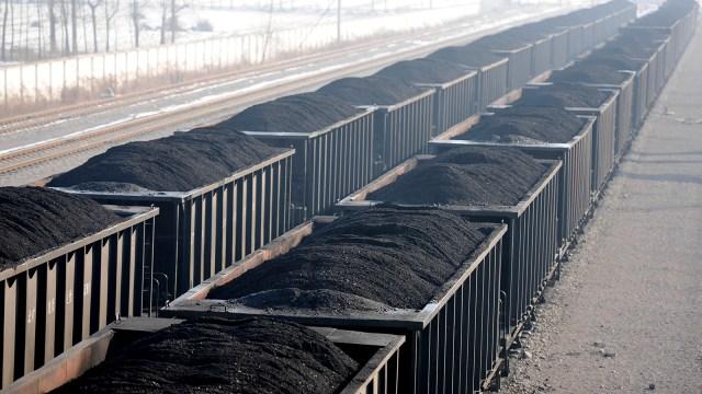 Gerbong kereta penuh membawa batu bara