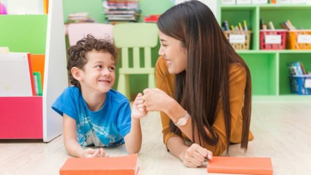 Ilustrasi ibu dan anak berdiskusi