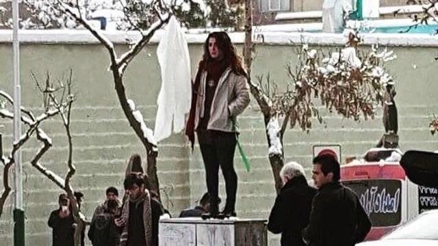 Aksi perempuan Iran lepas kerudung