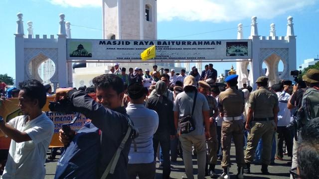 147 Ormas Demo di Depan Masjid Raya Banda Aceh Dukung AKBP Untung (42773)