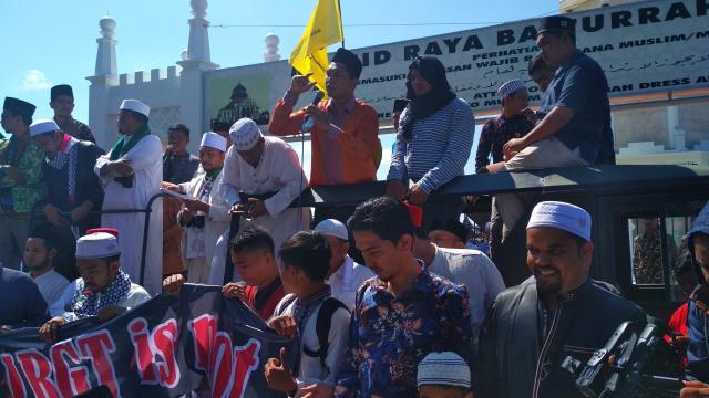 147 Ormas Demo di Depan Masjid Raya Banda Aceh Dukung AKBP Untung (42772)