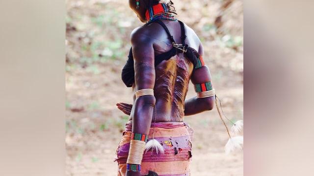 Buktikan Rasa Cinta, Wanita Suku Hamar Rela Dicambuk (482445)