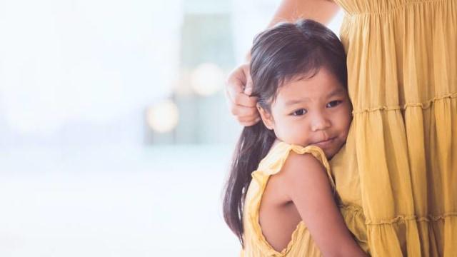 Ilustrasi anak memeluk ibu