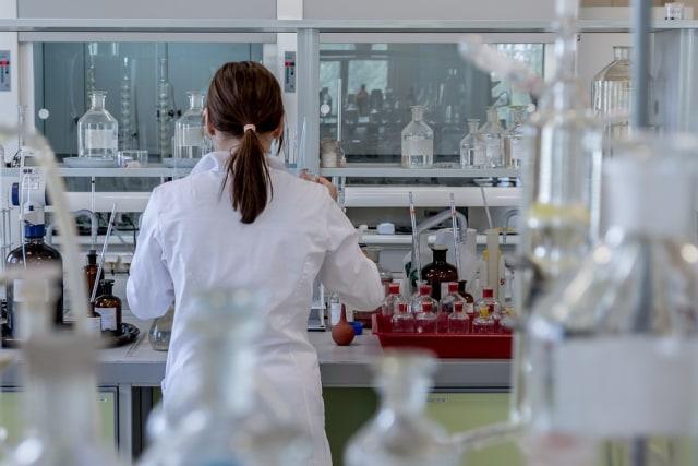 Ilustrasi ilmuwan di laboratorium.