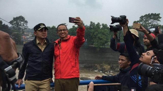 Saat Anies dan Bima Arya Ajak Warga Selfie di Bendung Katulampa, Bogor (164116)
