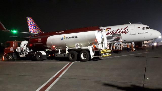 Ilustrasi pengisian bahan bakar ke pesawat