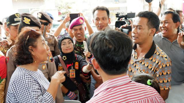 Menteri Susi berbincang dengan nelayan di Rembang