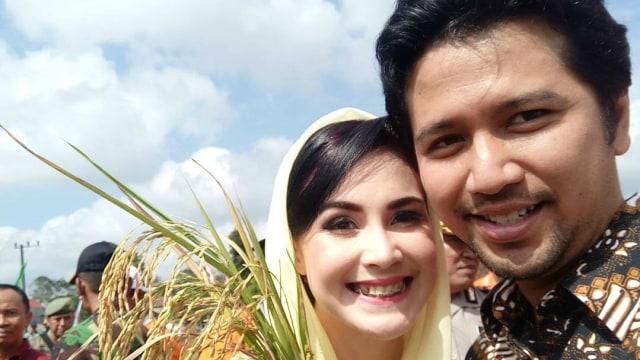 Arumi Bachsin dan suaminya, Emil Dardak