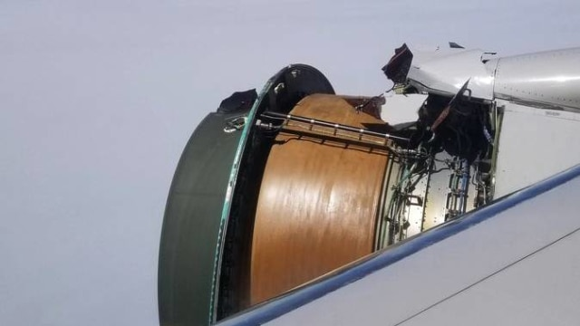 Selubung mesin pesawat United Airlines lepas
