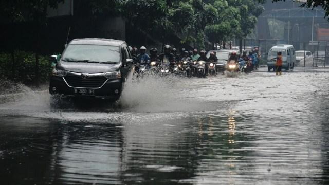 Hindari Kesalahan Pengemudi Mobil Saat Berkendara di Kondisi Hujan (6017)