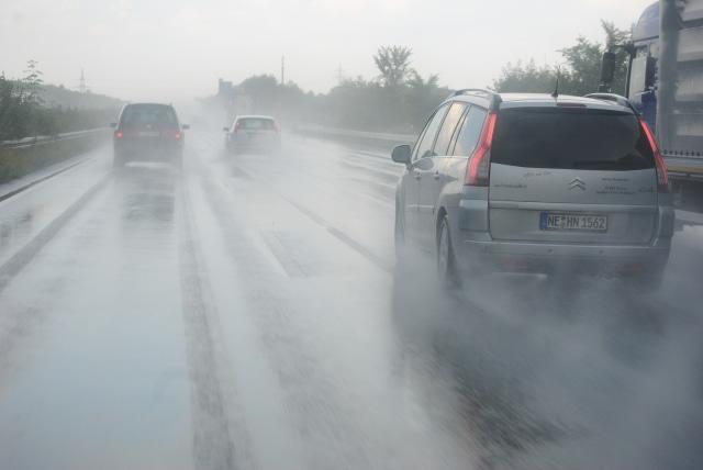 Pengemudi Mobil, Begini Tips Mengerem yang Aman Saat Hujan (198250)