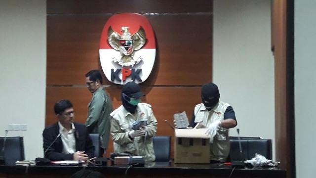 Barang Bukti OTT Bupati Lampung Tengah