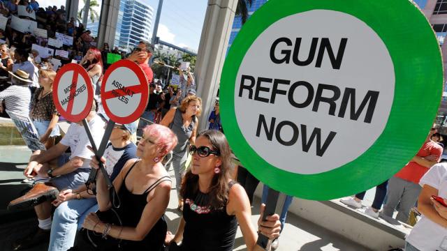 Aksi usai penembakan sekolah di Florida.