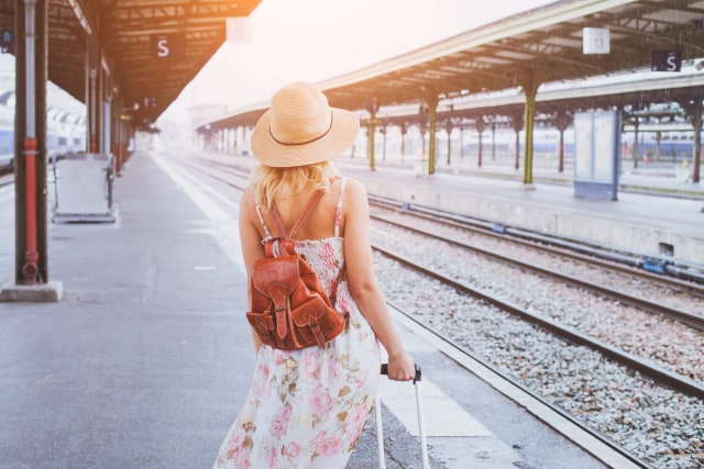 com-Traveling Naik Kereta