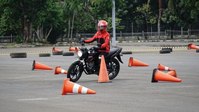 Belajar Motor Manual, Lepas Kopling atau Buka Gas Dulu? (312733)