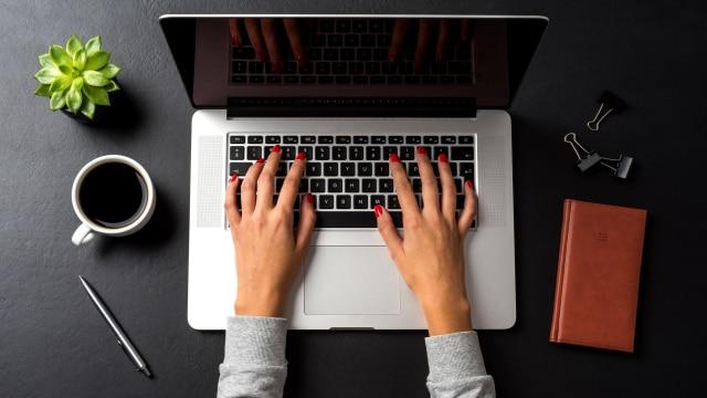 Ilustrasi mengetik laptop