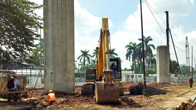 Pekerja infrastruktur layang