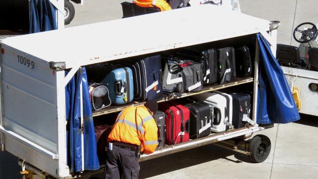 Ilustrasi Koper yang Akan Dimasukan Ke Bagasi Pesawat