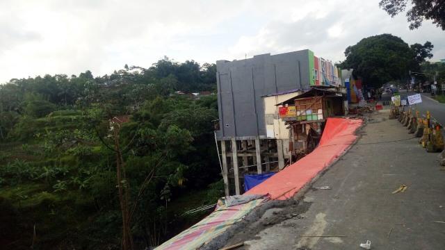 Longsor warung di tepi jurang, Bogor
